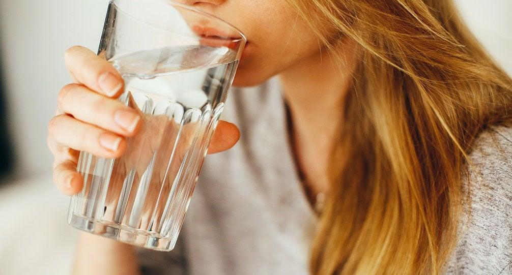 Жінка споживає фільтровану воду у Львові